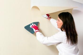 Поклейка обоев: советы и специфика завершающего этапа ремонта квартиры